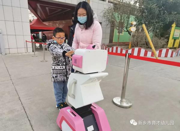 """幼儿园囤""""年货""""?近百所幼儿园引进智能晨检机器人,给娃娃们过个安全健康年"""