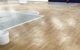 篮球球馆梧州运动塑胶地板厂家木纹PVC胶地板现货价格
