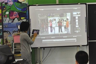白家庄小学的老师在用iPad给学生上课,很多学生觉得这样的课很新鲜。资料图片