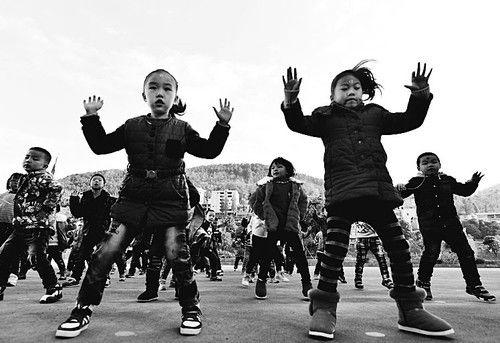 """11月11日,湖北省宣恩县民族幼儿园的孩子们在跳""""哈格咂""""。""""哈格咂""""是土家人常用的口头语言,以此命名的民歌多描绘土家的美丽山水田园,表达土家人对生活的热爱。"""
